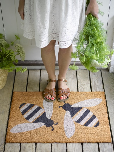 Large doormat buzzy bee